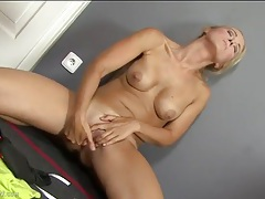 Nice tits on a naked milf masturbating her cunt tubes