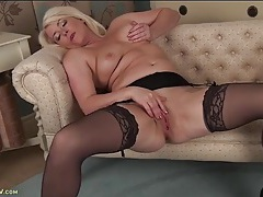 Curvy milf in stockings and a garter belt masturbates tubes
