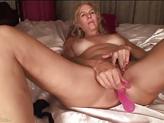 New toy fucks her mature ass and pussy at once tubes