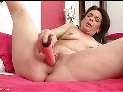 Shaved old cunt filled with her dildo as she moans tubes