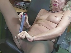 Mature tears off her pantyhose to use a toy tubes