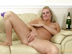 Beautiful mature blonde with a sexy shaved pussy tubes
