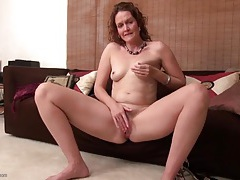 Cute curly hair milf gives her clit a good rubbing tubes
